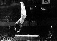 【1964東京五輪】山下跳び一回ひねりを披露する山下治広。体操日本は団体・個人の各総合で金を独占したほか個人でも金3銀4を獲得