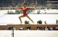 【1964東京五輪】平均台の演技をする小野清子。女子体操団体で銅メダルを獲得。現役引退後、参院議員を3期務めた