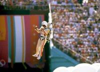 """【1984ロサンゼルス五輪】開会式で上空から舞い降りた""""ロケット人間"""""""