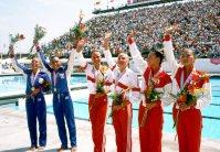 【1984ロサンゼルス五輪】シンクロナイズドスイミングの表彰式で手を振る、(右から)元好三和子、木村さえ子