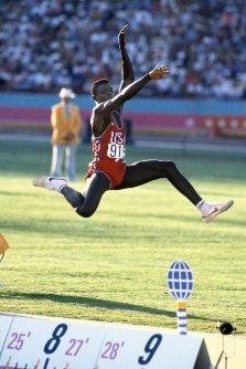 【1984ロサンゼルス五輪】カール・ルイス(米国)が走り幅跳びで金メダル