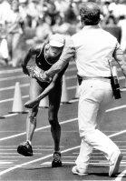 【1984ロサンゼルス五輪】女子マラソン、脱水症状を起こし、ふらつきながらゴールするガブリエラ・アンデルセン(スイス)。スタンドの9万人が総立ちで励まし、世界に大きな感動を呼んだ。アンデルセンは当時39歳で記録は2時間48分42秒の37位だった