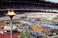 【1988ソウル五輪】7万人の大観衆を集め、華やかに繰り広げられた開会式。12年ぶりに「西」と「東」の各国がそろい参加国・地域は160に。日本の金メダルは4個だった