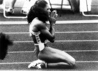 【1988ソウル五輪】フローレンス・ジョイナー(米国)は女子100メートル、女子200メートル、女子400メートルリレーで3冠。ゴール後、感謝の合掌