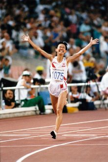 【1992バルセロナ五輪】有森裕子はトップと8秒差で優勝は惜しくもならなかったが2位でゴールした=伊藤俊文撮影