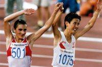 【1992バルセロナ五輪】互いに栄光をたたえて手をあげる銀メダルの有森裕子と優勝したワレンティナ・エゴロワ