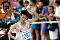 【1992バルセロナ五輪】男子マラソン30キロの給水ポイントでスペシャルドリンクを頭からかぶる森下広一