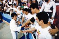 【1992バルセロナ五輪】金メダルを受け取り、祝福を受ける古賀稔彦。右から2人目は95キロ超級2位の小川直也。古賀は選手団主将を務めていた