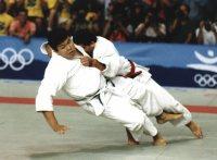 【1992バルセロナ五輪】柔道男子95キロ超級決勝で、小外刈りで倒れる小川直也。合わせ技で敗れ悔しい銀メダルとなった