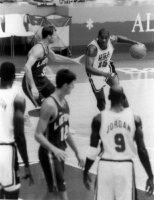 【1992バルセロナ五輪】NBAのスタープレーヤーたちをそろえたバスケットボール米国代表「ドリームチーム」。マイケル・ジョーダンやマジック・ジョンソンらが集結