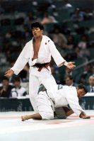 【1996アトランタ五輪】柔道男子71キロ級で中村兼三が金メダル。決勝は韓国の郭大成に苦戦。リードされていたが、残り3秒でポイントで並び判定に。2-1で勝利した。写真はポイントをリードし、逃げに回る郭大成(韓国)に手を焼く中村=片山喜久哉撮影