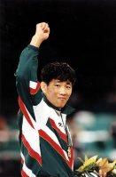 【1996アトランタ五輪】柔道男子71キロ級で金メダルを取り、高々とこぶしをあげる中村兼三=片山喜久哉撮影