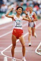 【1996アトランタ五輪】マラソン女子で有森裕子が銅メダルを獲得。前回大会銀メダルに続くメダル獲得となった。レース後のインタビューで「初めて自分で自分をほめたいと思います」と涙ながらに話し、その年の流行語大賞に=平野幸久撮影