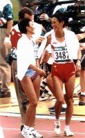 【1996アトランタ五輪】陸上女子マラソンで2、3位に入り健闘をたたえ合うエゴロワ(左)と有森裕子の前回バルセロナの金銀コンビだった=岡本義彦撮影