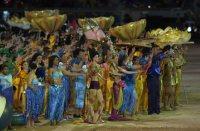 【2000シドニー五輪】開会式で世界各国の民族衣装で踊る人々。南半球での開催は1956年メルボルン大会以来44年ぶり。日本は金メダル5個、銀メダル8個、銅メダル5個だった=平野幸久撮影