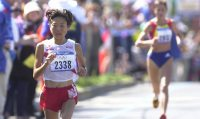 【2000シドニー五輪】女子マラソンで高橋尚子は35キロ付近でスパート、シモン(右)を振り切る=岩下幸一郎撮影