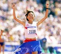 【2000シドニー五輪】トップでゴールテープを切る高橋尚子。陸上競技での五輪金メダルは64年ぶり。女子は史上初の快挙となった=大西達也撮影