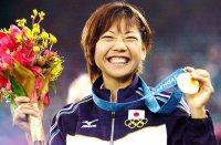 【2000シドニー五輪】金メダルを手に笑顔いっぱいの高橋尚子。レース後のインタビューに「すごく楽しい42キロでした」と話した=大西達也撮影