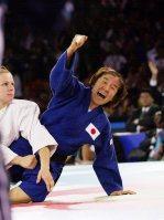 【2000シドニー五輪】柔道女子48キロ級決勝戦、ブロレトワに内股で一本。田村亮子が自身初の金メダルを獲得した=川田雅浩撮影
