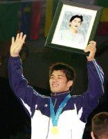 【2000シドニー五輪】表彰台では前年に亡くした母の遺影を抱いて金メダルを受けた=川田雅浩撮影