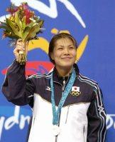 【2000シドニー五輪】女子400メートル個人メドレー、銀メダルを胸に笑顔を見せる田島寧子=大西達也撮影