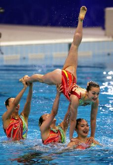 【2000シドニー五輪】シンクロナイズドスイミング・チームの「火の鳥」の演技。高いリフトは水面下の4人によって支えられている=川田雅浩撮影