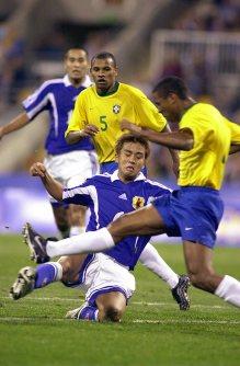【2000シドニー五輪】サッカー男子で日本は2勝1敗でメキシコ五輪以来の決勝トーナメント進出を果たした。ブラジル戦でスライディングタックルをかける稲本潤一=中村琢磨撮影