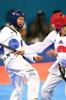 【2000シドニー五輪】テコンドー女子67キロ級の岡本依子。準々決勝で敗れたが敗者復活戦を突破。3位決定戦でサラ・スティーブンソン(英国)に勝利し銅メダル=中村琢磨撮影