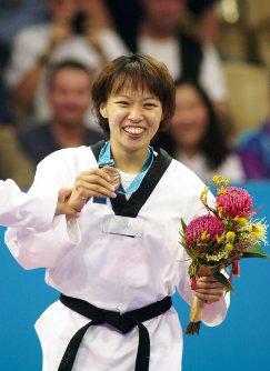 【2000シドニー五輪】テコンドー女子67キロ級で銅メダルを獲得し、笑顔の岡本依子=中村琢磨撮影