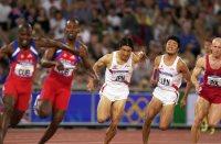 【2000シドニー五輪】陸上男子400メートルリレー決勝。日本は末続慎吾から朝原宣治(中央)へバトンパス。6位入賞を果たした=平野幸久撮影
