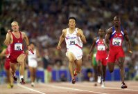 【2000シドニー五輪】陸上男子400メートルリレー準決勝5位で決勝進出。ラストスパートする朝原宣治=平野幸久撮影