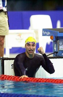 【2000シドニー五輪】競泳でイアン・ソープ(豪州)は三つの金メダルと二つの銀メダルを獲得。男子400メートル自由形で優勝しゴール後にガッツポーズ=大西達也撮影
