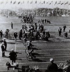 【1964東京パラリンピック】車いすの陸上競技が行われる様子