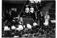 【1964東京パラリンピック】閉会式で皇太子妃美智子さまがトロフィーを授与。車いすの優勝者を拍手で見送った