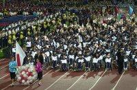 【2000シドニーパラリンピック】初めて南半球で行われるパラリンピック。121の国と地域が参加した。日本選手団は旗手のアーチェリー米沢昌子を先頭に240人が行進。日本は金が13個、銀が17個、銅が11個のメダルを獲得=石井諭撮影