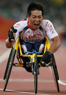 【2008北京パラリンピック】 男子400メートル(車いすT52)で大会新で優勝し、喜ぶ伊藤智也。800メートルでも優勝し2冠を達成=小出洋平撮影