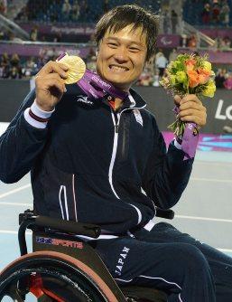 【2012ロンドンパラリンピック】車いすテニス男子シングルスで優勝。金メダルを手に喜ぶ国枝慎吾=木葉健二撮影