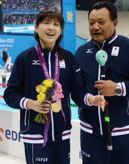 【2012ロンドンパラリンピック】女子100メートル背泳ぎ(視覚障害S11)で秋山里奈が金メダル=木葉健二撮影