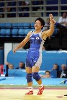 【2004アテネ五輪】レスリング女子72キロ級で浜口京子が銅メダル。メダルを獲得した瞬間、力強くこぶしを突き上げた=尾篭章裕撮影