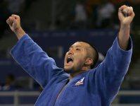 【2004アテネ五輪】柔道男子100キロ超級で鈴木桂治が金メダル。試合後のインタビューには「感無量です。今まで負けた人の分もやろう、変な柔道はできないと思ってやった」と話した=野田武撮影