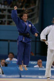 【2004アテネ五輪】柔道女子48キロ級で谷亮子が2大会連続の金メダル。試合後のインタビューに「シドニーの時より何倍もうれしい。夫にあらゆる面で応援してもらった。足が痛くても畳に立とうと決めていた。田村でも、谷でも世界一になり最高です」と話した=野田武撮影