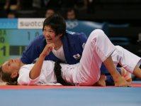 【2004アテネ五輪】女子柔道63キロ級の谷本歩実が金メダル。すべて2分以内の5試合オール一本勝ち(棄権勝ちを含む)で優勝を飾った=野田武撮影
