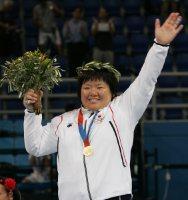【2004アテネ五輪】柔道女子78キロ超級で塚田真希が金メダル。ベルトラン(キューバ)との決勝は、先に技ありを取られるものの、寝技からの抑え込みで一本勝ちした=野田武撮影