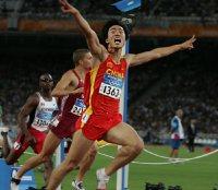 【2004アテネ五輪】陸上男子100メートルハードルで劉翔(りゅう・しょう=中国が世界タイ記録で金メダル=川田雅浩撮影