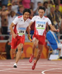 【2008北京五輪】陸上男子400メートルリレーで日本が銅メダル獲得。高平慎士から朝原宣治にバトンが渡る。日本勢が五輪のトラック種目でメダルを獲得するのは、1928年アムステルダム大会の人見絹枝以来、80年ぶり2回目。男子では初の快挙となった=平田明浩撮影