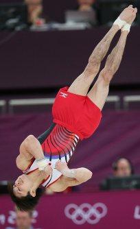【2012ロンドン五輪】体操男子個人総合の内村航平の床の演技。着地で手をつく場面もあったが、大きなミスはなく2位に1点以上の差をつけて金メダル=佐々木順一撮影