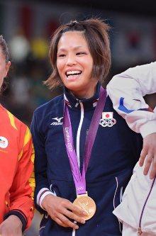 【2012ロンドン五輪】柔道女子57キロ級で松本薫が金メダル。決勝も鋭い眼光で相手を見据え、足技で攻め続けた。相手の反則で勝利するとガッツポーズ。この日初めての笑顔を見せた=西本勝撮影