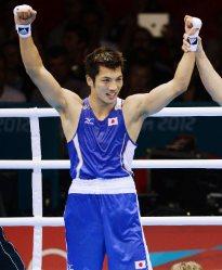 【2012ロンドン五輪】ボクシングミドル級決勝の試合終了のゴングが鳴ると村田諒太は両手を上げた。村田「勝ったとは思ったけど、ホッとした」と話した=西本勝撮影