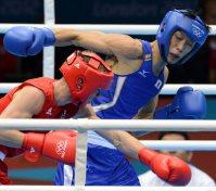 【2012ロンドン五輪】ボクシング男子バンタム級の準決勝第2ラウンドで、ルーク・キャンベル(イギリス)に力強いパンチを繰り出す清水聡。この試合は敗れ、銅メダルとなった=望月亮一撮影