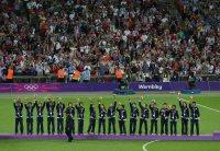 【2012ロンドン五輪】女子サッカー決勝の試合終了直後は涙に暮れたなでしこだったが、表彰式では笑顔で前の選手の肩に両手を置いてつながって入場。表彰台には18人全員で手を取り合って上がった=森田剛史撮影